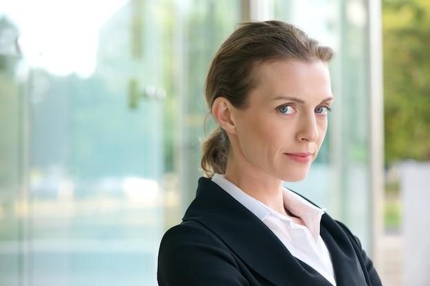 Fechar o retrato de uma mulher de negócios confiante