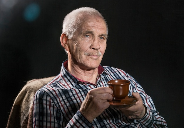 Fechar o retrato do homem idoso