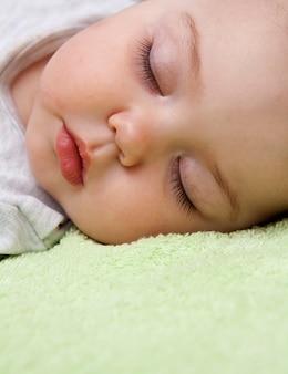 Fechar o rosto bonito de um bebê dormindo