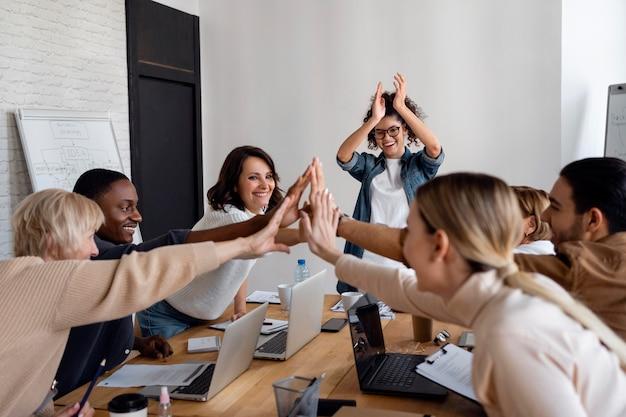 Fechar pessoas de negócios trabalhando juntas Foto Premium