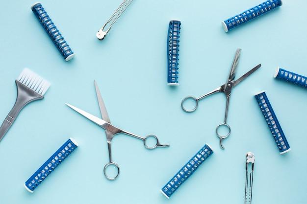 Fechar rolos de cabelo e tesouras