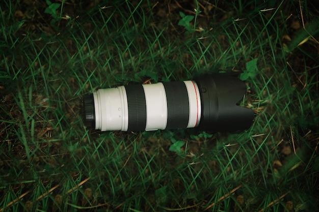 Fechar-se. a câmera na grama