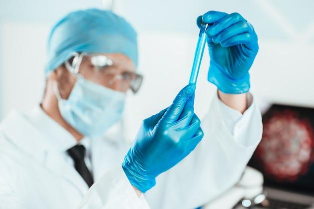 Fechar-se. amostra da vacina nas mãos de um cientista. foto com uma cópia-espaço.