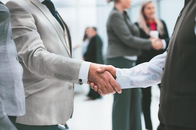 Fechar-se. aperto de mão de empresários antes de uma reunião de negócios