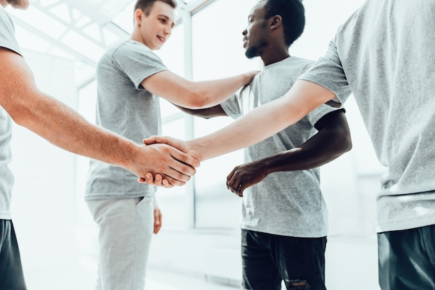 Fechar-se. aperto de mão de negócios de dois jovens. conceito de cooperação.