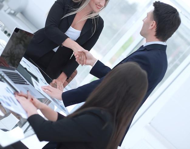 Fechar-se. aperto de mão de parceiros financeiros na mesa de negociações.
