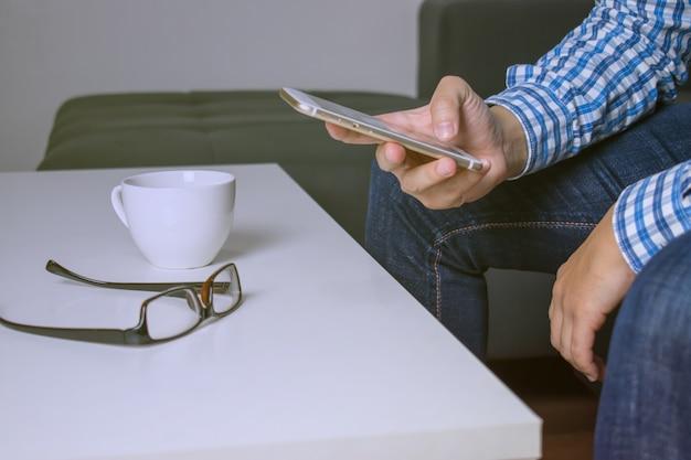 Fechar-se. as pessoas estão pesquisando on-line com um telefone.