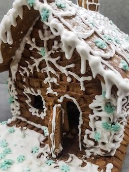 Fechar-se. bela casa de pão de mel sobre um fundo claro. feriados e tradições