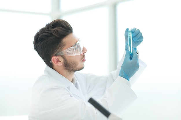 Fechar-se. cientista com um tubo médico em pé no laboratório. ciência e saúde