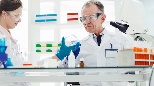 Fechar-se. cientistas discutindo os resultados de suas pesquisas. ciência e proteção à saúde.