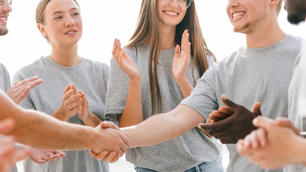 Fechar-se. dois líderes de jovens apertando as mãos. negócios e educação