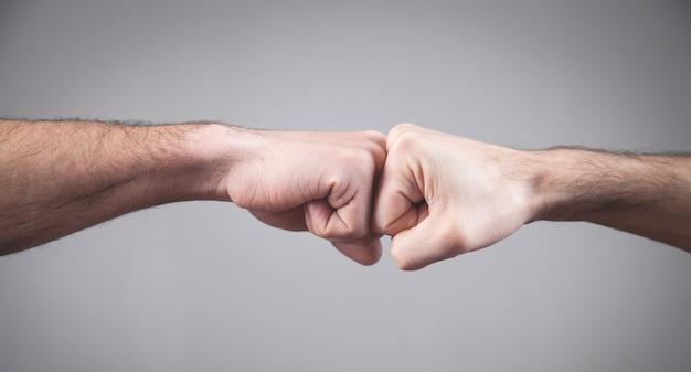 Fechar-se. dois punhos batendo um no outro. conceito fightn