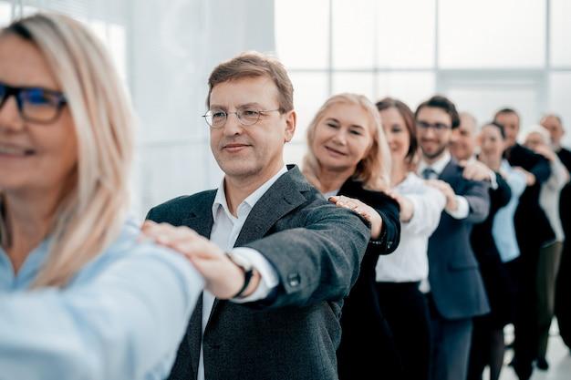 Fechar-se. empresária feliz na frente de sua equipe de negócios