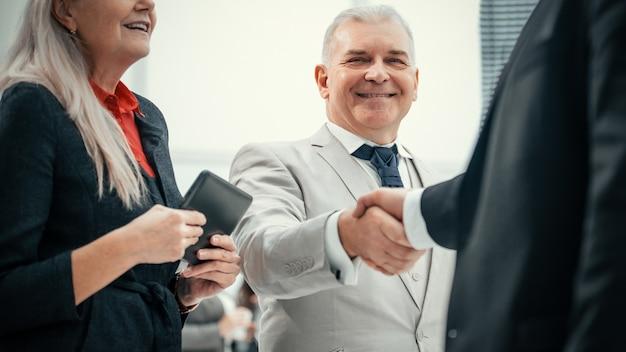 Fechar-se. empresários confiantes, apertando as mãos uns dos outros. o conceito de cooperação