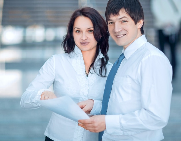 Fechar-se. empresários discutindo documentos de negócios. foto com espaço de cópia