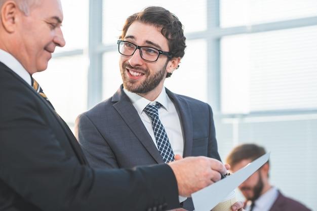 Fechar-se. empresários discutindo um documento legal. dias de trabalho de escritório