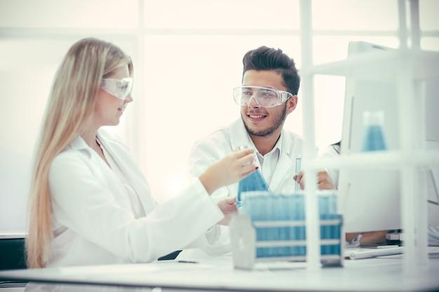 Fechar-se. equipe de laboratório discutindo testes para coronavírus. ciência e saúde