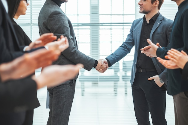 Fechar-se. equipe de negócios aplaudindo em uma reunião com parceiros de negócios