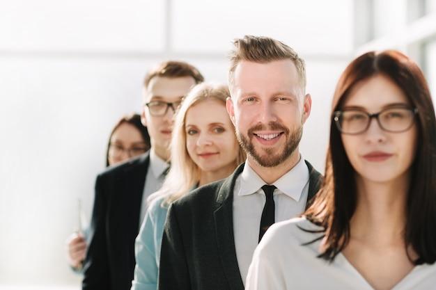 Fechar-se. equipe de profissionais da empresa juntos. o conceito de trabalho em equipe