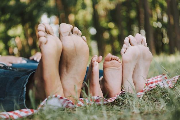 Fechar-se. família misturada no piquenique. pés pares.