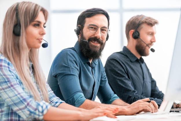 Fechar-se. funcionários do centro de negócios sentados em sua mesa
