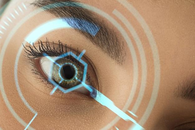 Fechar-se. futura mulher com painel de olho de tecnologia cibernética, interface de ciberespaço, conceito de oftalmologia. olhos de mulher bonitos com identificação moderna, tratamento médico para foco. efeitos visuais.