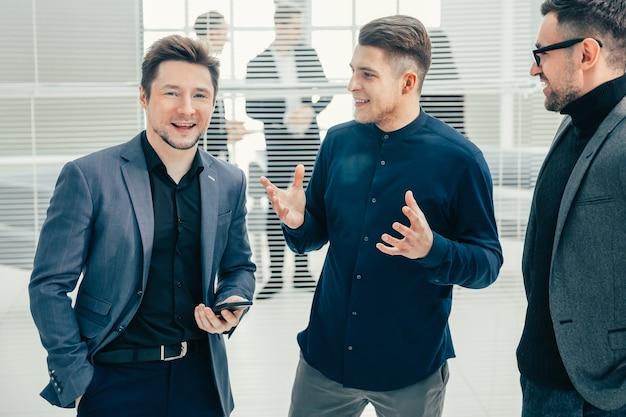 Fechar-se. grupo de funcionários em pé no escritório. conceito de negócios.