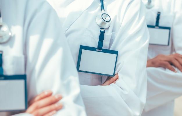 Fechar-se. grupo de paramédicos com crachás em branco em uma fileira