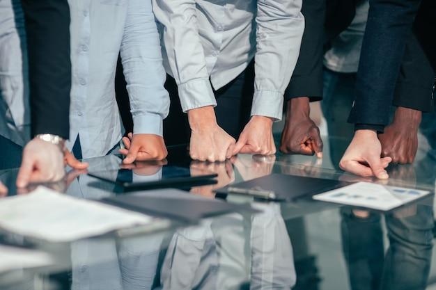 Fechar-se. grupo de trabalho discutindo documentos financeiros, perto da área de trabalho