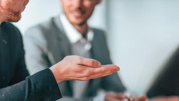 Fechar-se. homem de negócios discutindo com colegas de trabalho questões. conceito de negócios
