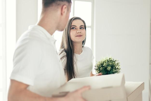 Fechar-se. jovem casal feliz em um novo apartamento. foto com uma cópia-espaço.
