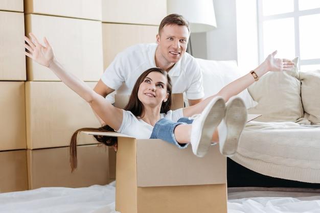 Fechar-se. jovem casal se divertindo em seu novo apartamento Foto Premium
