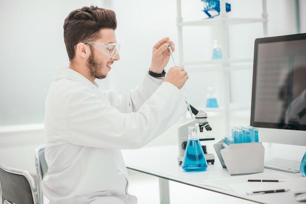 Fechar-se. jovem cientista trabalhando com os testes do coronavírus