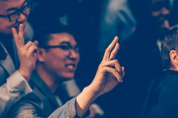 Fechar-se. jovem empreendedor fazendo uma pergunta a um palestrante