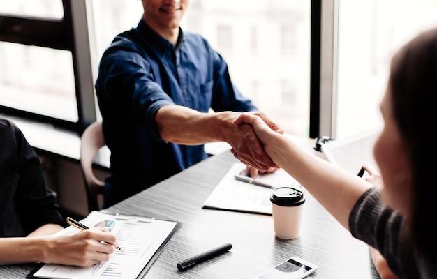 Fechar-se. jovens empresários apertando as mãos uns dos outros. conceito de negócios.