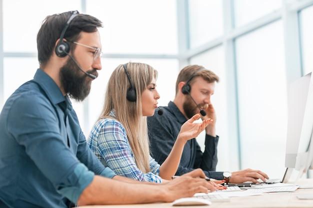 Fechar-se. jovens operadores de call center no local de trabalho.