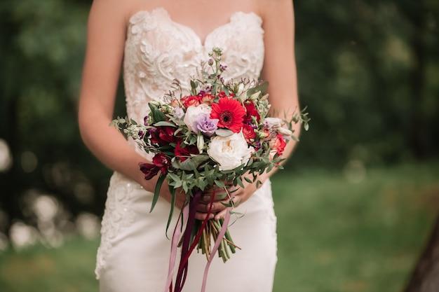 Fechar-se. lindo buquê de casamento nas mãos da noiva