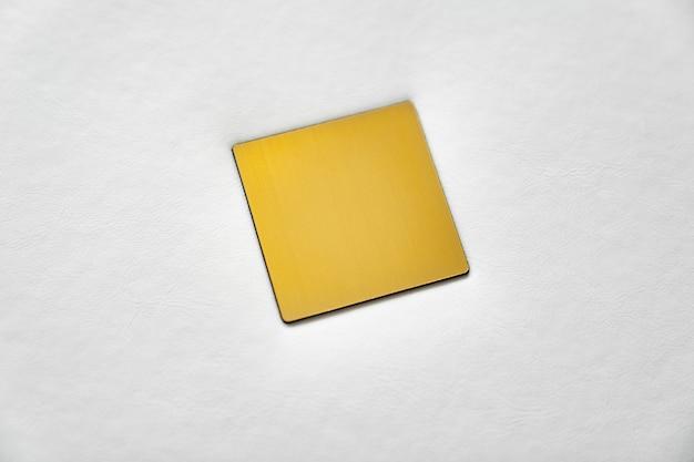 Fechar-se. livro branco com capa de couro com uma inserção de metal dourado para inscrição. produtos de impressão. photobooks e álbuns. produtos individuais.