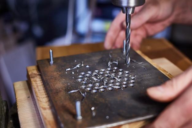 Fechar-se. mão trabalhador industrial pesado está trabalhando na fábrica de trabalho de metal
