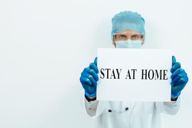 Fechar-se. médico que mostra o anúncio fica em casa.