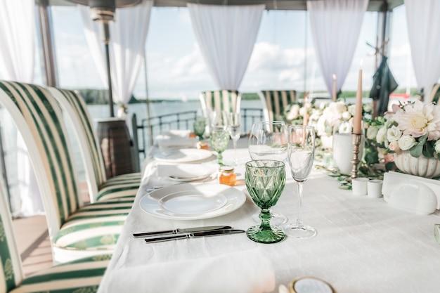 Fechar-se. mesa servida para a festa de casamento. feriados e tradições