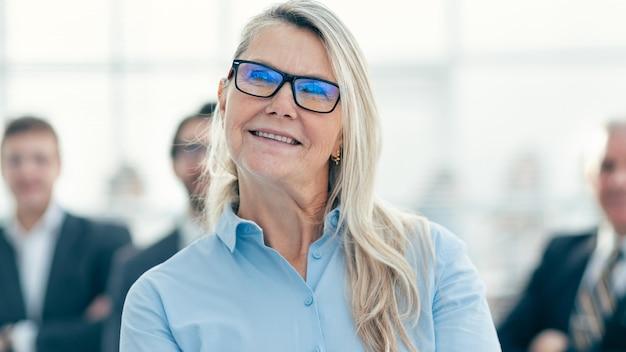 Fechar-se. mulher de negócios de sucesso ansiosa por .foto com uma cópia do espaço