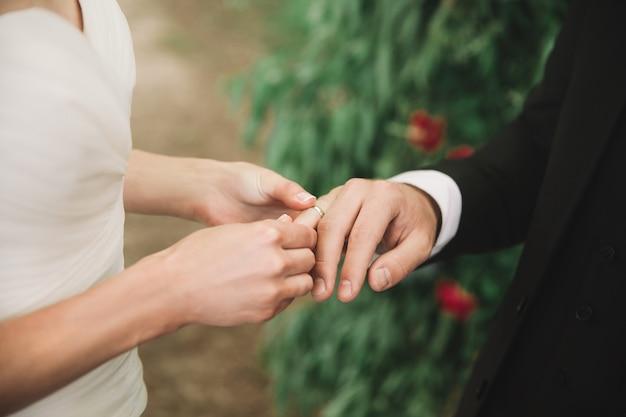 Fechar-se. o casal trocando seus anéis