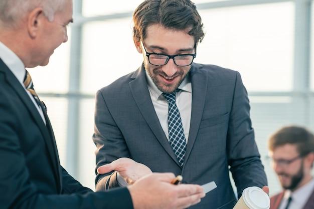 Fechar-se. parceiros de negócios discutindo os termos de um novo contrato