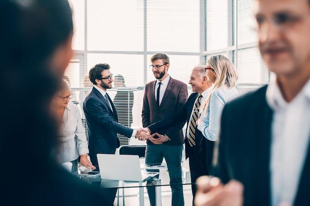 Fechar-se. parceiros de negócios se encontrando com um aperto de mão. conceito de negócios