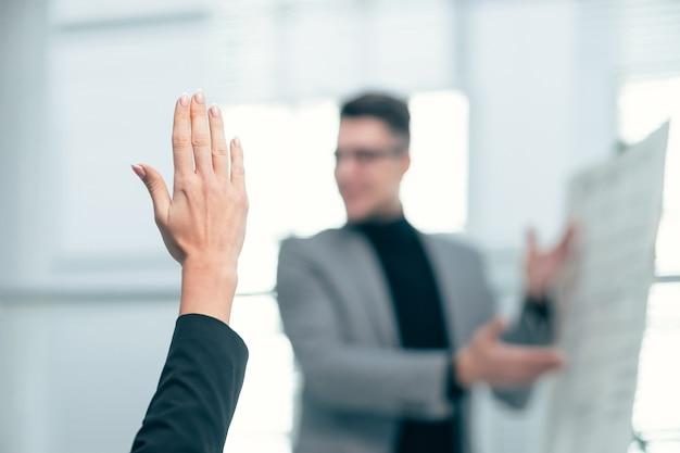 Fechar-se. participante do seminário fazendo perguntas durante a palestra. foto com cópia-espaço