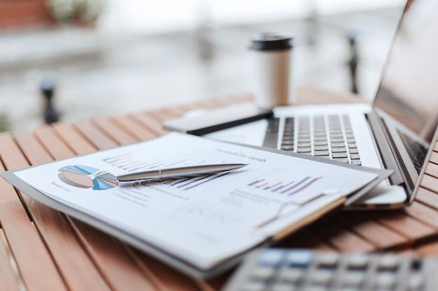 Fechar-se. quadro financeiro em cima da mesa do café. foto com uma cópia-espaço.