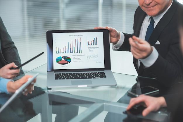Fechar-se. relatório financeiro anual na tela do laptop. trabalhar com documentos