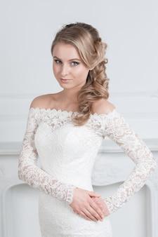 Fechar-se. retrato de uma mulher encantadora em um vestido de noiva