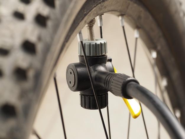 Fechar-se. roda de bicicleta de montanha e bomba de bicicleta.